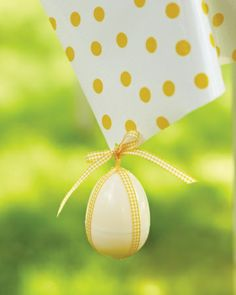Decorated Egg Weight: Use a plastic egg filled with jelly beans to anchors your tablecloth #Easter #decoration #eggs