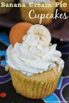 Easy Banana Cream Pie Cupcakes Recipe from playpartypin.com #cupcakes #bananas #dessert #recipe