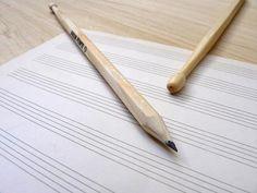 Mitad lápiz mitad drumstick, con mina HB y 23,5 cm de largo, en blister de 2 unidades. $37 (pesos argentinos) CaprichosElementales@gmail.com