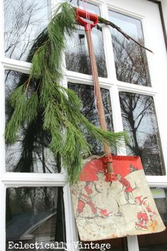 Vintage Shovel Christmas Wreath - what a fun way to greet friends #Christmas #Wreath