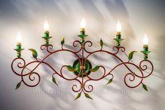 Applique a cinque luci in ferro battuto dipinta a mano - Decoro: Volute con foglie forgiate
