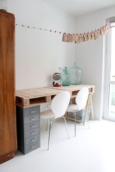Desk with pallet #huge jars.. More inspiration at Bed and Breakfast Valencia Mindfulness Retreat : http://www.valenciamindfulnessretreat.org .