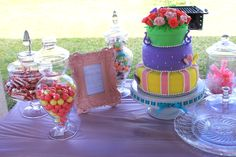 love the cake and little details