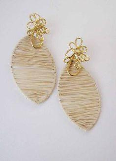 Brinco folha com palha de buriti e metal dourado. Earrings with straw