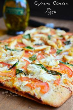 Caprese Chicken Pizza | easy and super delicious pizza to satisfy the whole family | from willcookforsmiles.com | #pizza #chicken #caprese