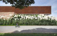 Fachada moderna com madeira - Projeto Guilherme Torres