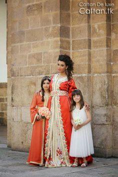 La boutique et atelier robe Marocaine présente un magnifique caftan orange modèle 2014 spécialement réalisé pour les femmes modernes et les jeunes filles qui aiment porter la robe marocaine avec ses différents modèles et styles, le site propose un choix de plusieurs tissus et tailles de robe marocaine comme cette robe luxueuse en orange de soie ou velours.