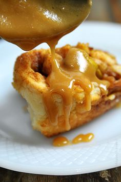 Caramel Apple Biscuit Rolls ~ Caramel Apple Biscuit Rolls make a quick and easy treat that everyone will love! Get this family favorite caramel apple biscuit recipe.