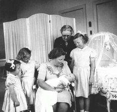 n Nederland kwam het vierde zusje van Beatrix ter wereld: Maria Christina.  Beatrix wilde graag een broertje, maar dan was ze nooit op de troon gekomen en was ze dus ook niet 33 jaar lang een goede koningin geweest.