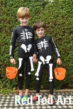 Easy Skeleton Costume & Free Printable. Perfect last minute Halloween costume from http://www.redtedart.com