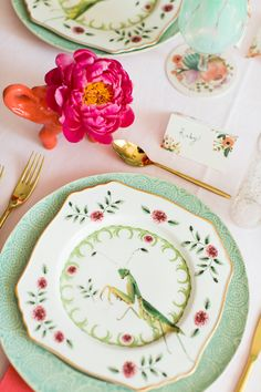 Flamingo Pop. Spring table setting