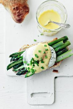 Asparagus on Toast with Poached Egg and Hollandaise Sauce | Kwestia Smaku.
