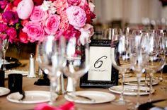 Detalles en fucsia y negro para una mesa de fiesta.  Details in fuchsia and black for a party table.