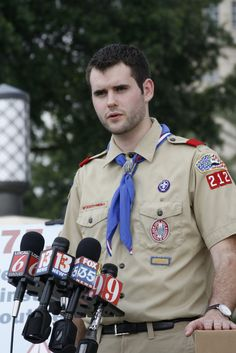 zach wahls delivers 275 000 signatures to boy scouts on