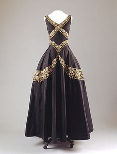 Evening dress, c. 1938, Mainbocher. From the collections of the Metropolitan Museum of Art.