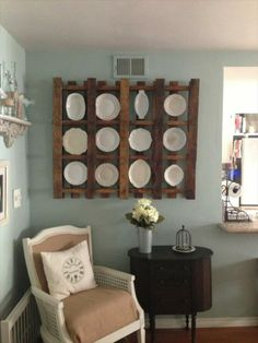 DIY Pallet Plate Rack Wall Display Idea | Pallet Furniture Plans