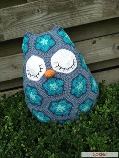 Crochet african flower. Blue Maggie the owl pillow made with Drops paris coton (pattern from: JosCrocheteria) Owl Pillows, Crochet African Flower Pattern, Crochet African Flowers, African Flower Pillows, African Flower Owl Crochet