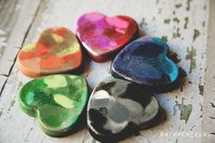 Color your valentine HAPPY with these DIY Crayon hearts from #whipperberry