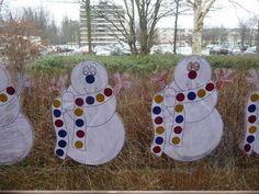 map juf Ineke: winter. Kleuters knippen de sneeuwpop uit en beplakken de sjaal volgens een vaste reeks.