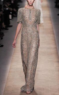 Valentino: Vestido de noche de gasa bordada con mangas cortas