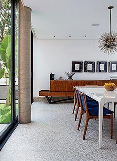 Sala de jantar | Ao fundo do ambiente, destaca-se o bufê produzido por Giuseppe Scapinelli nos anos 1950. Na parede, há gravuras trazidas de Paris. À esq., a bananeira compõe o paisagismo de Neubert Weber (Foto: Lufe Gomes)