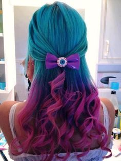 Blue with pink/purple tips. Love the eyeball barrette.