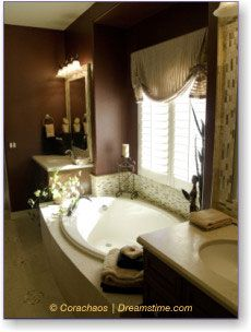 Dark brown walls in the bath.