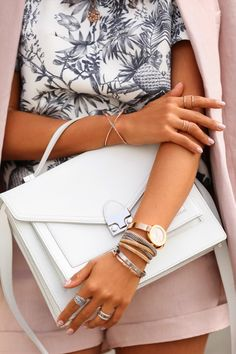 {White structured bag.}