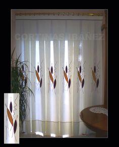 Cortina de visillo con tela sobrepuesta y bordada confeccionada a tablas/fuelles y montada en un conjunto de latón 30 mm con soportes laterales para que la cortina llegue de pared a pared.