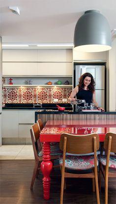 A moradora, Verônica Motta, adora receber os amigos na cozinha integrada, junto à mesa desenhada pelas arquitetas (Raízes Móveis) e cadeiras de Fernando Jaeger. Luminária da Bertolucci e armários da Bontempo.