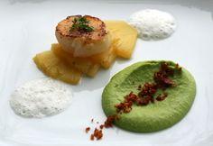 Jakobsmuschel mit Ananas, Erbsenpüree und Speck
