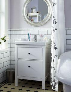 IKEA avec meuble Hemnes, lavabo Rättviken et miroir Songe. Sol retro style colonial.
