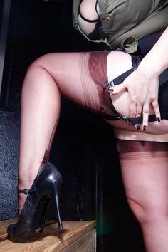 Miss Leonie in braunen #Nahtnylons  #HighHeels #Strapse www.miss-leonie.com