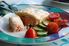 Salmón en pasta filo  Ingredientes (4 raciones):      12 hojas de pasta filo     1 clara de huevo batida     50 g de mantequilla sin sal, derretida     4 filetes de salmón, de 100 g cada uno     4 cucharadas de vino blanco     4 hojas de cilantro