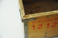 Ancienne caisse en bois de la marque Electrolux. leshappyvintage.fr