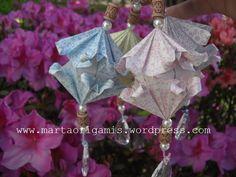 """""""Lanterninhas Flora Luz"""" (pg 88) , do livro """"Origami em Flor"""", de Flaviane Koti e Vera Young. ONDE COMPRAR O LIVRO: http://www.coisasdepapel.com.br/2013/08/livro-origami-em-flor-via-amazon-para-o-mundo/  http://www.coisasdepapel.com.br/2013/07/onde-comprar-o-livro-origami-em-flor/"""