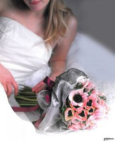 #bouquet molto particolare, con fiori #rosa a gambo lungo e tessuto in tulle grigio