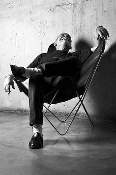 """Cómo sentarse en un sillón BKF: """"La mano derecha en una de las puntas bajas, la izquierda en una de las puntas altas, la cabeza apoyada en la otra, y una pierna a cada lado de la segunda punta baja"""", explica el diseñador Alfred Fellinger."""