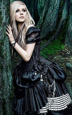 Love this look from Avril Lavigne in her video for Alice in Wonderland