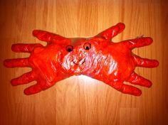 Cómo hacer un cangrejo con dos guantes de plástico.