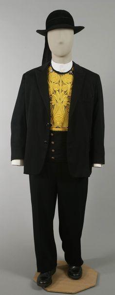 Costume bigouden de mariage du tailleur Pierre Goenvic (1911) Comme sur la photographie de Corentin Ronarc'h, le plastron brodé est ici accompagné d'une veste.