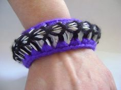Pulsera hecha con anillas de soda. / Handmade Crochet Unique Pop Tab Bangle Bracelet Purple Black.