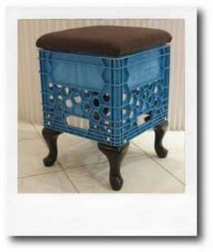 .Made's Hybrid Stool...or, a milkcrate with a cushion.  By: Chrisjob