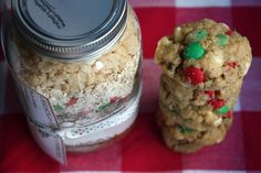 DIY cookies make a fun gift, like these Christmas Crunch Cookies in a Jar (@ Blue-Eyed Bakers)