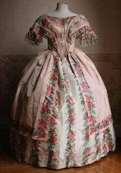Two-piece ball gown (bodice and skirt) in taffeta. The bodice is closed by a lacing on the back. 1851