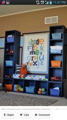 God ide til marius værelse... evt med et skrivebord imellem de to reoler?