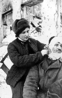 Medic Lieutenant l. Humilin assists wounded Soviet soldier in Stalingrad 1942.