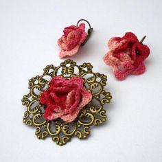 Conjunto de broche y pendientes de crochet y bronce