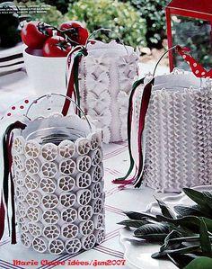 Potes de vidro, cartolina branca, macarrão e tinta ou spray branco = luminária de mesa