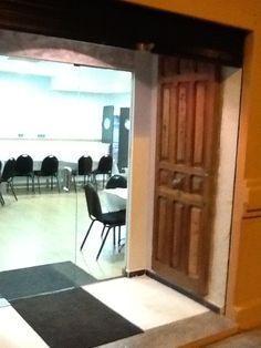 Entrada con puerta decorativa de anticuario.